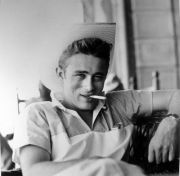 James Dean con una sigaretta in bocca